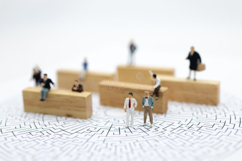 微型人民:商人寻找一个解答和配合 图象用途为解决问题和新的想法概念 库存图片