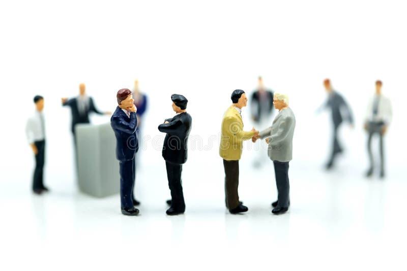 微型人民:商人带领会议会议Discussi 免版税库存照片