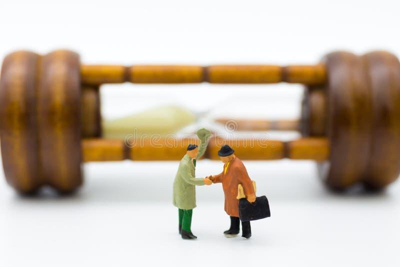 微型人民:商人手震动有滴漏背景 时刻的图象用途能投资在事务 库存图片