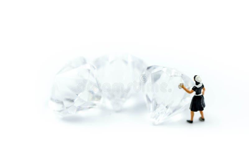 微型人民:在金刚石的佣人或主妇清洁 免版税库存图片