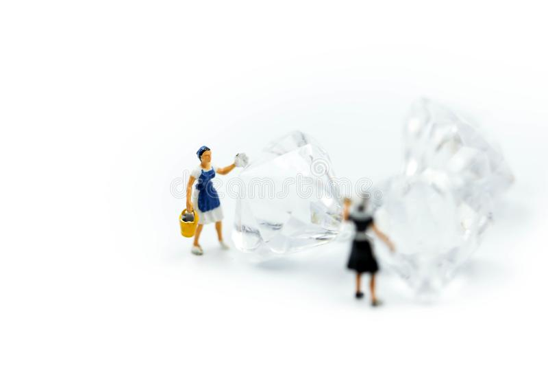 微型人民:在金刚石的佣人或主妇清洁 免版税图库摄影