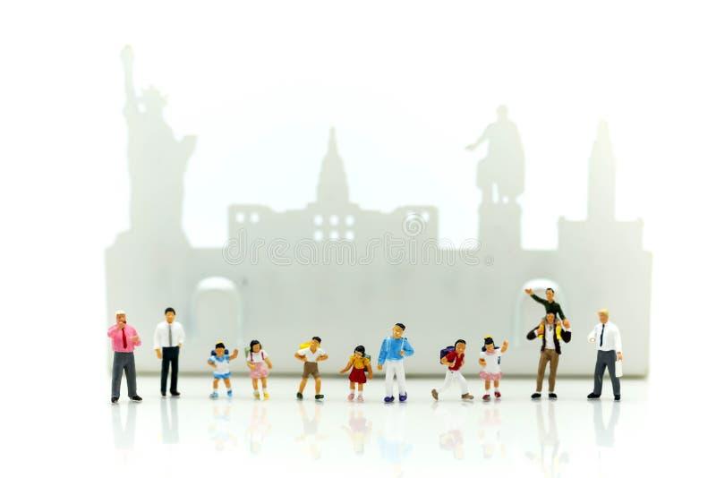 微型人民:学校领域的孩子学生和老师 库存照片