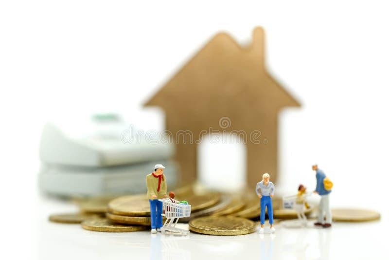 微型人民:家庭和孩子去购物,买与c 免版税图库摄影