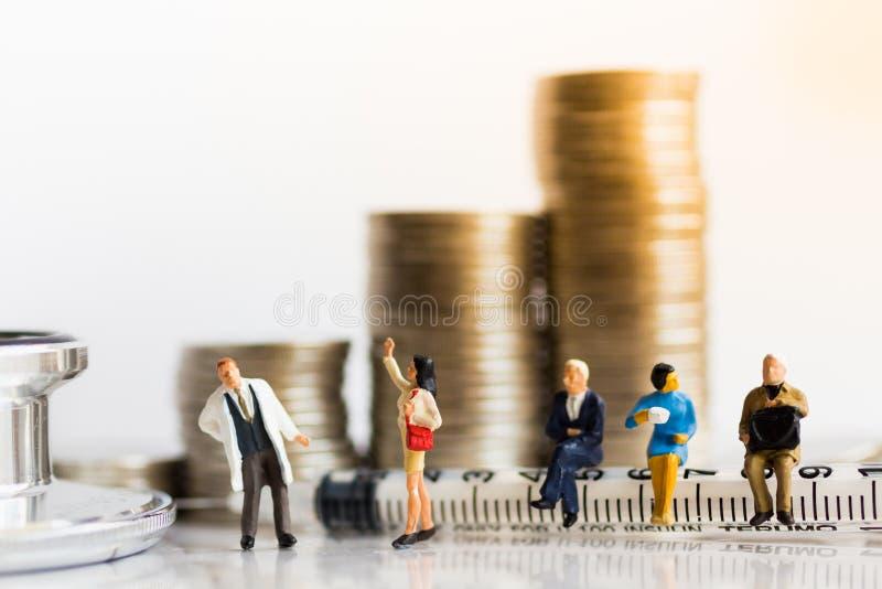微型人民:小组人排队等待医生 身体检查概念的图象用途 免版税库存照片