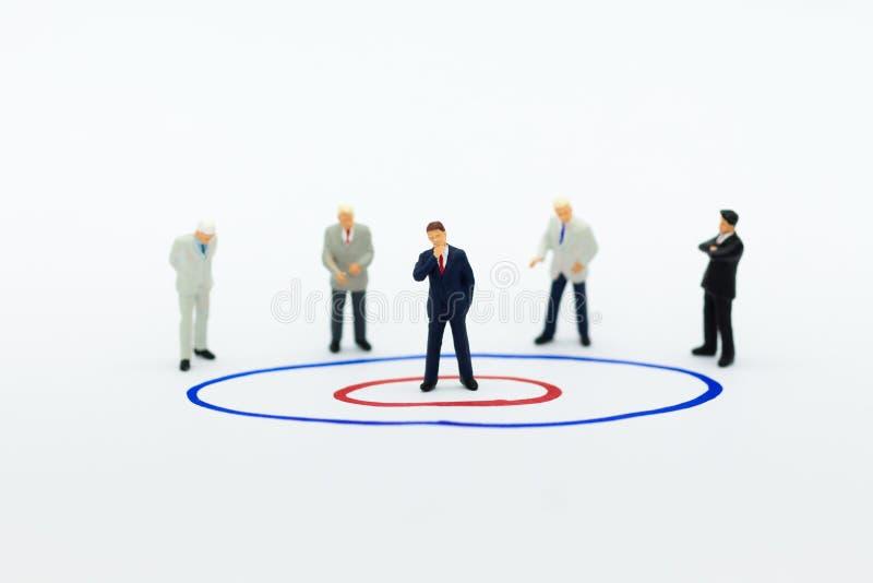 微型人民:小组商人与队一起使用,使用当适合的雇员的背景选择, HR, HRM, HRD,工作 免版税图库摄影