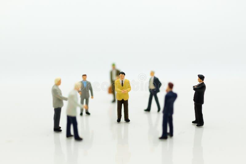 微型人民:小组商人谈判事务,计划 企业概念的图象用途 免版税库存照片