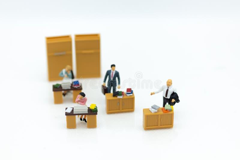 微型人民:工作在办公室,薪金人,天分开发工作 保留的金钱图象用途未来的 免版税库存图片