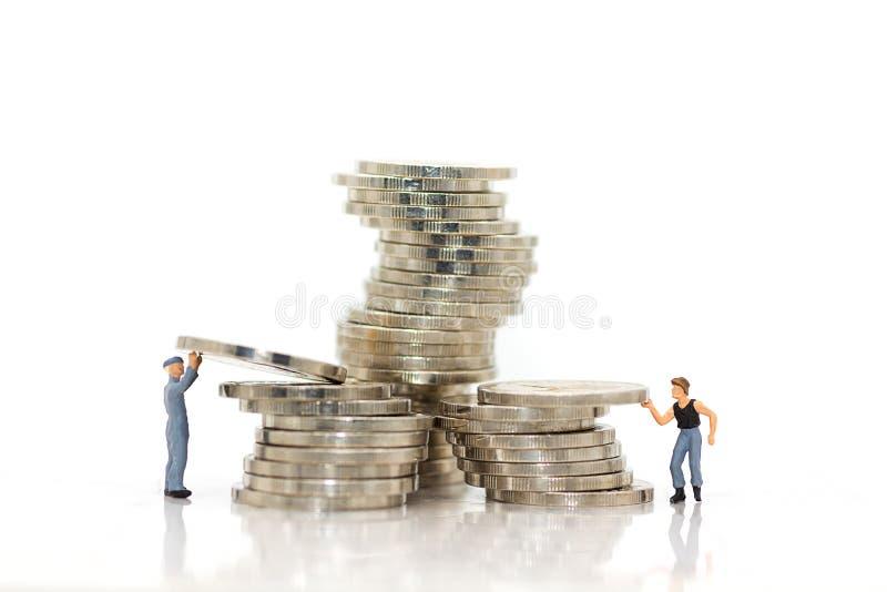 微型人民:工作者努力工作保留日常使用的金钱 免版税库存图片
