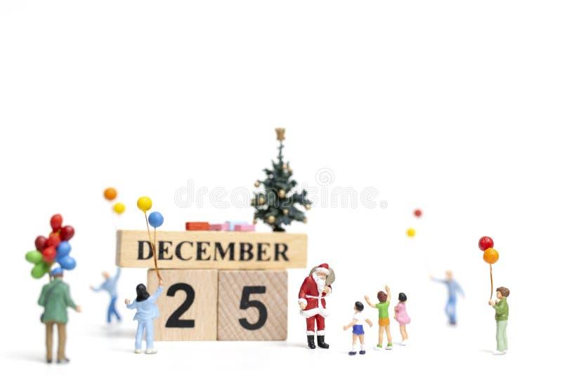 微型人民:拿着幸福家庭的圣诞老人项目礼物 向量例证
