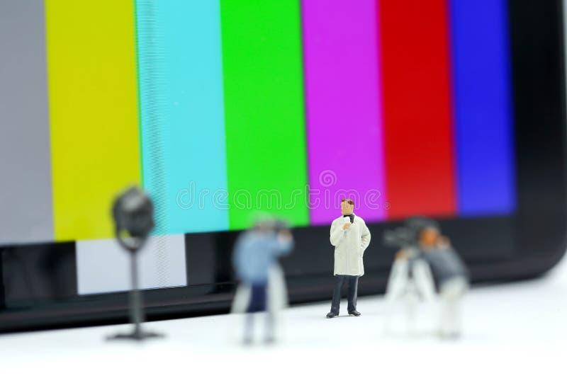 微型人民:新闻工作者,摄影师, Videographer在工作 图库摄影