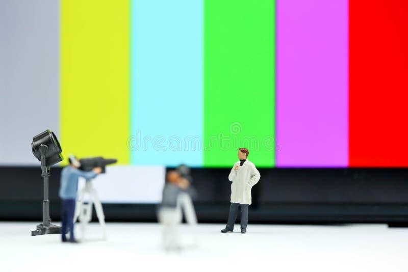 微型人民:新闻工作者,摄影师, Videographer在工作 免版税库存照片