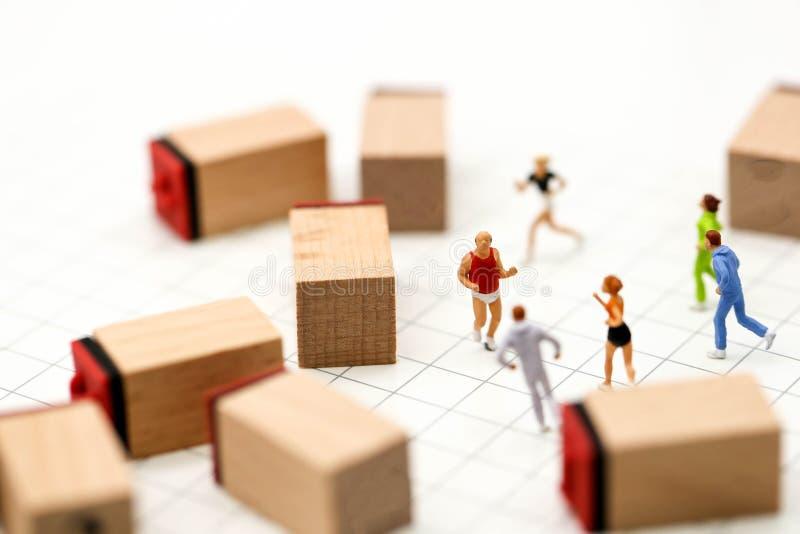 微型人民:有数字木块的马拉松运动员, 免版税图库摄影