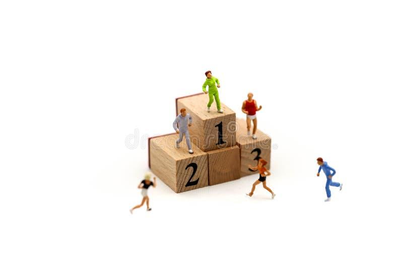 微型人民:有数字木块的马拉松运动员, 图库摄影