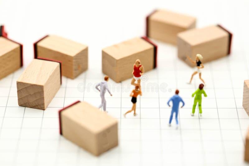 微型人民:有数字木块的马拉松运动员, 库存图片