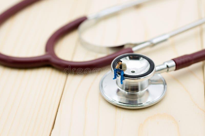 微型人民:有每年健康检查的人 健康概念的图象用途 免版税库存照片