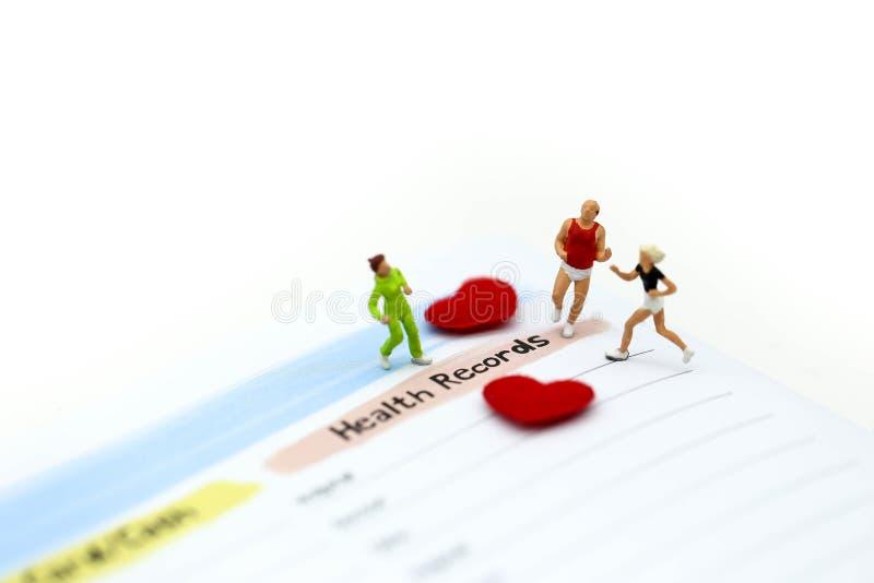 微型人民:有葡萄糖米的马拉松运动员有lanc的 免版税库存图片