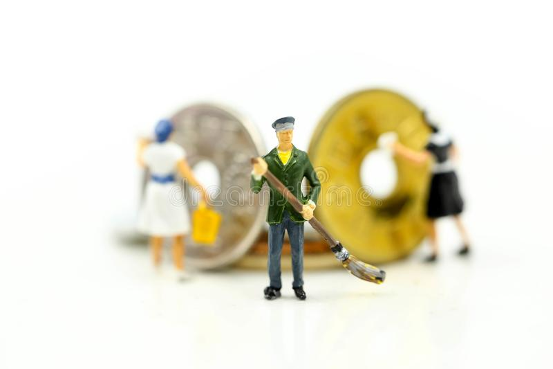 微型人民:清洗金黄硬币的工作者和佣人 Busines 免版税库存图片