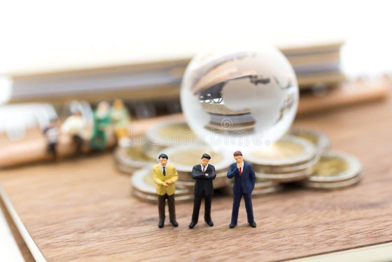 微型人民:站立在书的小组商人 教育的,企业概念图象用途 库存照片