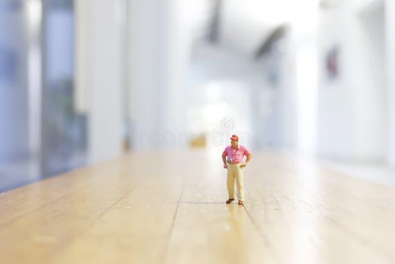 微型人:走在街道上的旅客 图库摄影