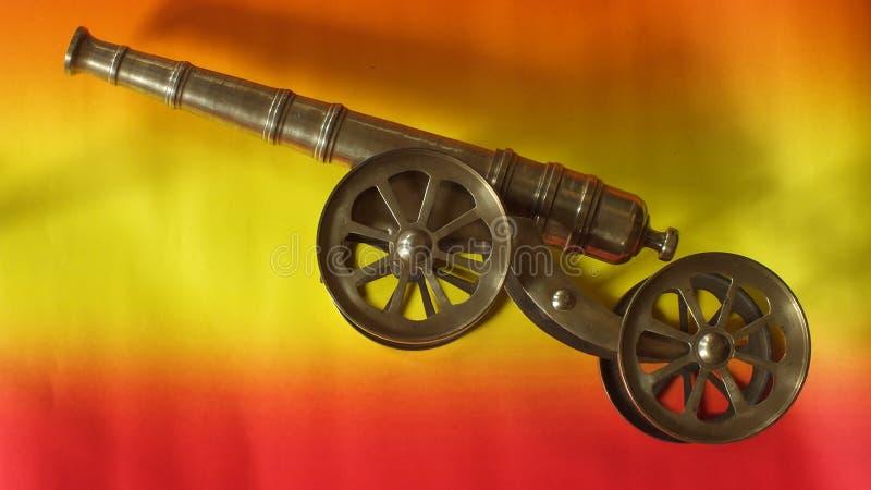 微型古色古香的大炮在家 免版税库存照片
