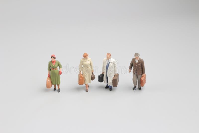 微型在旅行的图与行李 免版税图库摄影