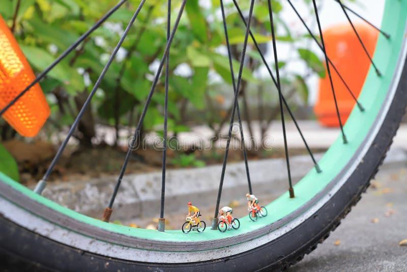 微型在自行车的图乘驾自行车 库存照片