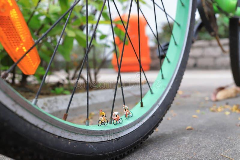 微型在自行车的图乘驾自行车 图库摄影