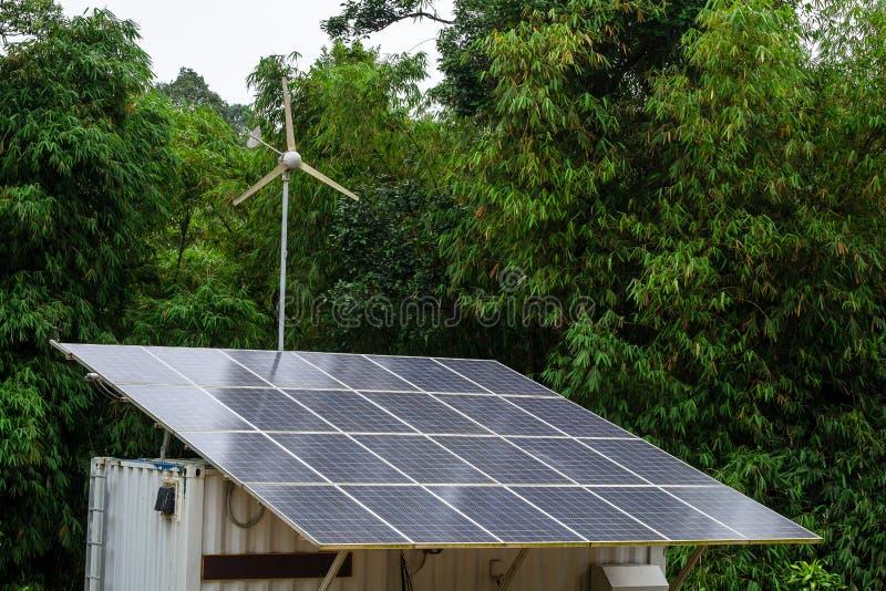 微型太阳能电池和风组合电发电器在都市村庄 库存图片