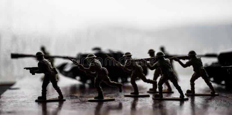 微型小锡兵和坦克在船上 关闭玩具军事的图象在战争 免版税库存照片