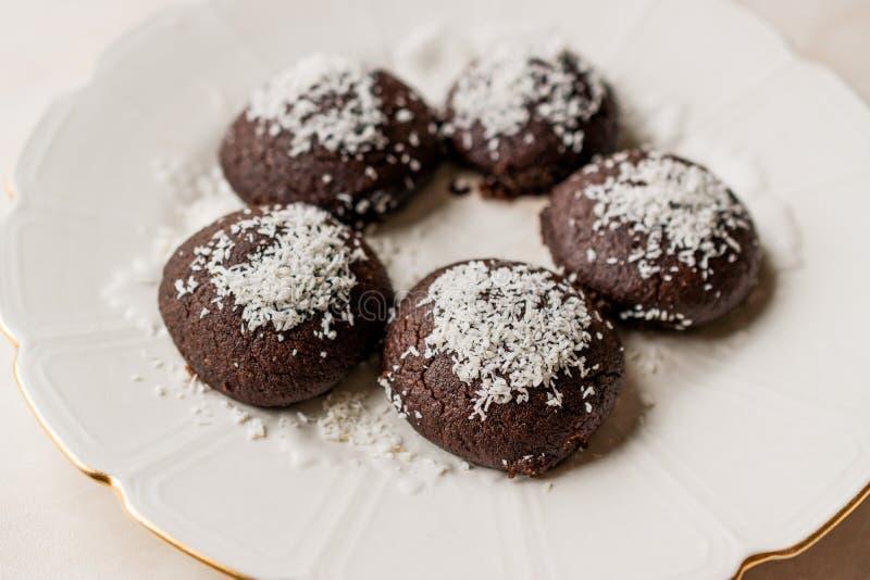 微型巧克力果仁巧克力湿曲奇饼用椰子搽粉/土耳其语Islak Kurabiye 库存照片