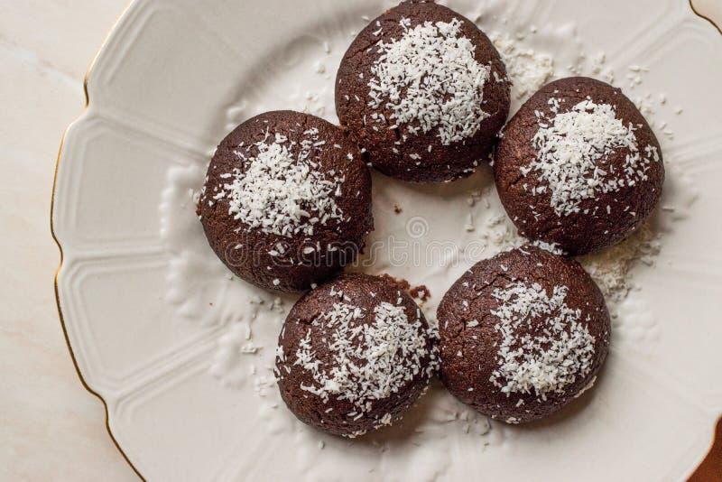 微型巧克力果仁巧克力湿曲奇饼用椰子搽粉/土耳其语Islak Kurabiye 免版税库存图片