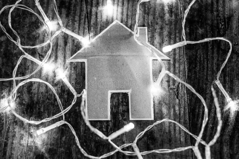 微型房子由与彩色小灯的纸板制成在它附近 库存照片