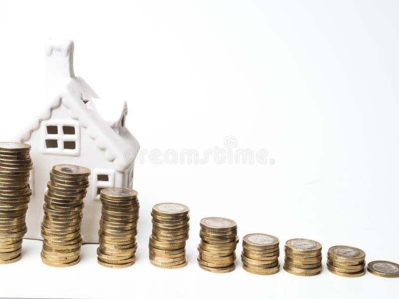 微型房子,堆硬币 投资物产的概念 100个票据概念美元房子做抵押 库存图片