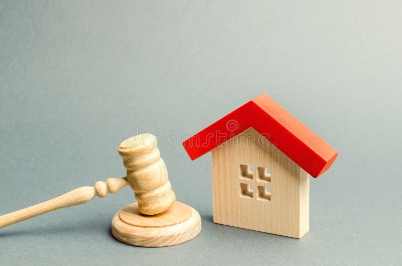 微型木房子和法官的锤子 解决的物产争执的概念 物产疏远 被没收的住房 免版税库存图片