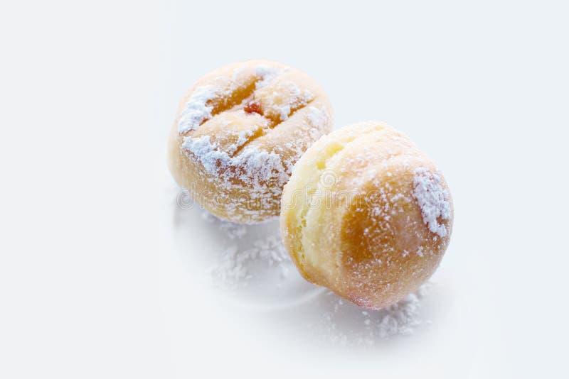 微型果酱油炸圈饼,酥皮点心,在白色背景 库存图片