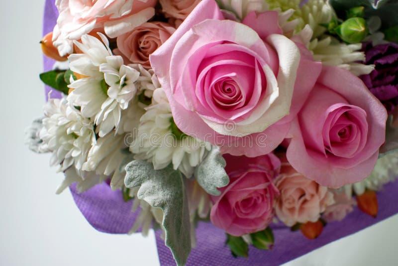 微型桃红色玫瑰和其他花在这个细节小 免版税库存照片