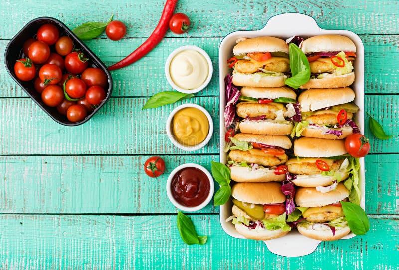 微型汉堡包用鸡汉堡,乳酪和菜 免版税库存照片