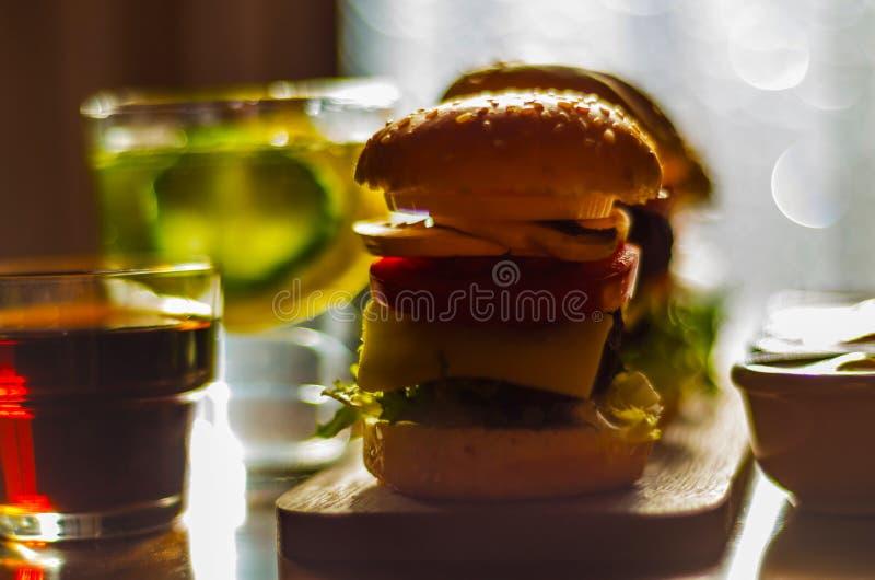 微型汉堡用肉、菜、乳酪和其他顶部, b 免版税库存图片
