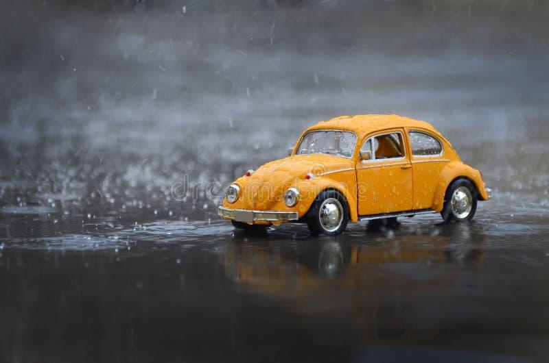 微型汽车玩具在雨中 免版税图库摄影