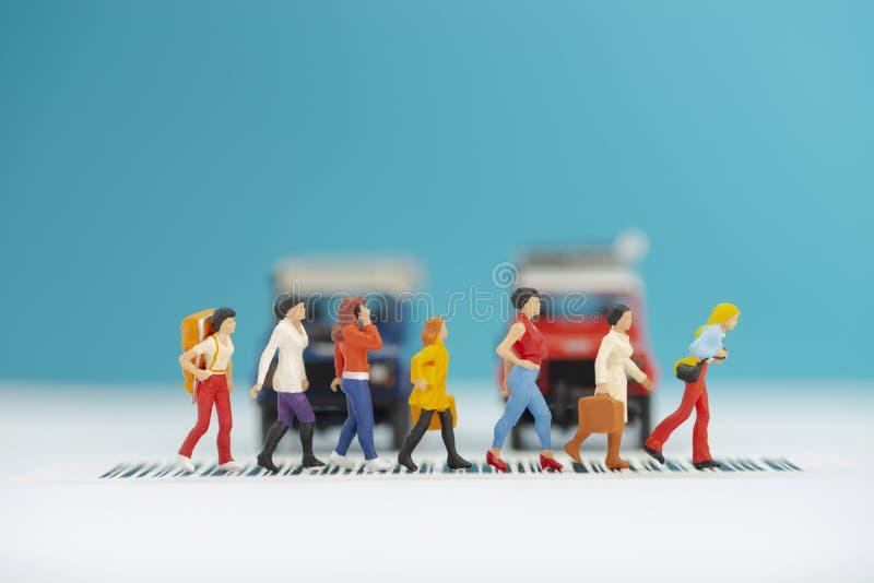 微型玩具每穿过路-公路安全概念的小组妇女 库存图片