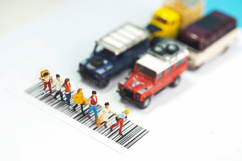 微型玩具每穿过路-公路安全概念的小组妇女 库存照片