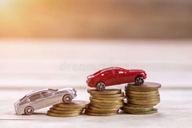 微型玩具汽车和硬币金钱在木桌背景与s 免版税库存照片