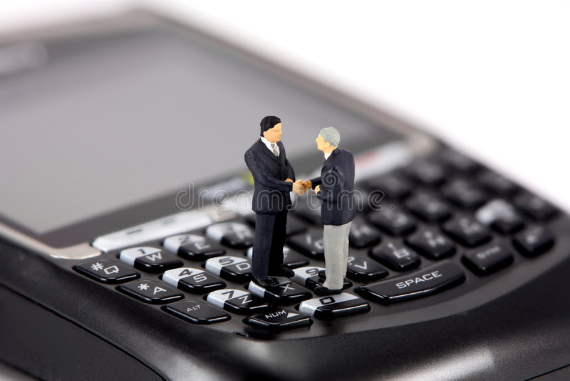 微型生意人的移动电话 图库摄影