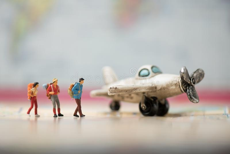 微型背包徒步旅行者走到葡萄酒飞机的小组 库存图片