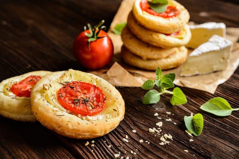 微型薄饼用软制乳酪和蕃茄 免版税图库摄影