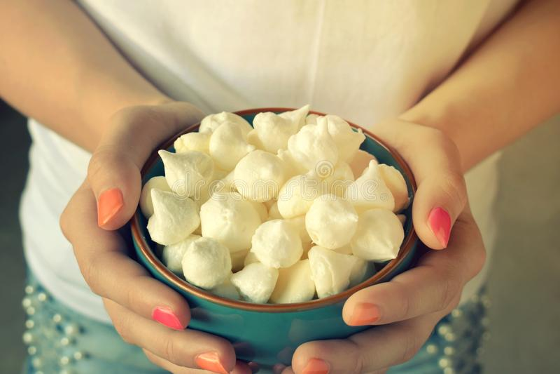 微型蛋白甜饼曲奇饼 自创蛋白甜饼在蓝色碗的下落在女孩手上 甜酥皮点心 r 图库摄影