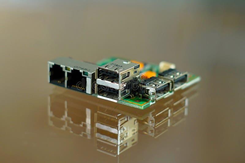 微型计算机板-在PCB登上的电子元件-有网络、电话和USB插口的电路板 免版税图库摄影