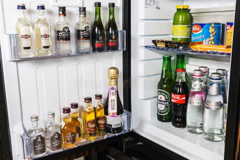 微型酒吧用软饮料、伏特加酒、酒和啤酒在旅馆里 库存照片