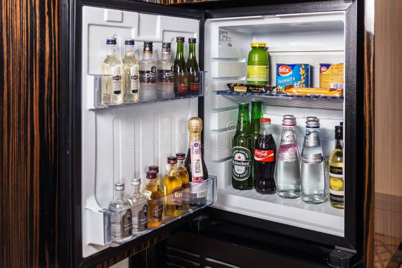 微型酒吧用软饮料、伏特加酒、酒和啤酒 免版税库存照片