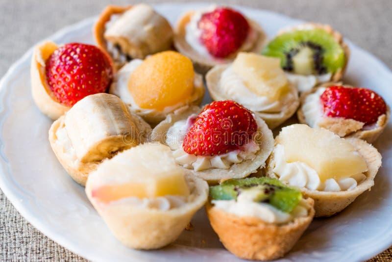 微型馅饼、Tartolet或者果子馅饼用奶油色和新鲜水果 免版税库存图片